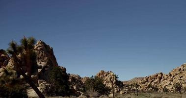foto de viagem da cena do deserto com céu azul e pedras vermelhas em 4k