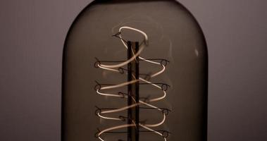 cierre extremo del filamento helicoidal parpadeando y apagándose en 4k