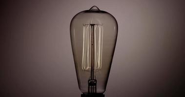 vicino alla lampadina ogiva incandescente nell'oscurità in 4K video