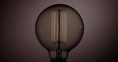 cerca de la bombilla del globo que se enciende y apaga con un brillo débil en 4k