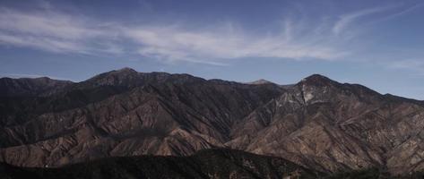 Zeitraffer der Berglandschaft mit Wolke, die den Himmel in 4k kreuzt video