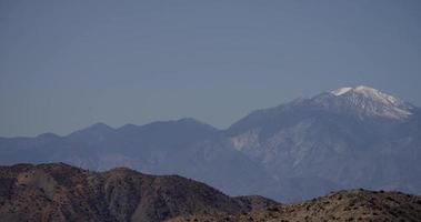 panorâmica indo para a direita de montanhas e picos nevados em 4k
