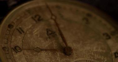 close-up extremo dos ponteiros do relógio movendo-se das 10:00 às 10:40 em um lapso de tempo 4k video