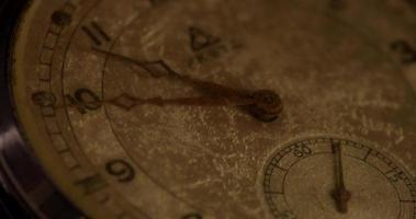 close-up extremo dos ponteiros do relógio movendo-se das 10:45 às 11:15 em um lapso de tempo 4k video