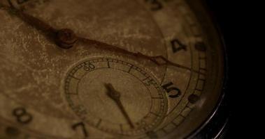 close-up extremo dos ponteiros do relógio movendo-se das 11h20 às 12h00 em um lapso de tempo de 4k video