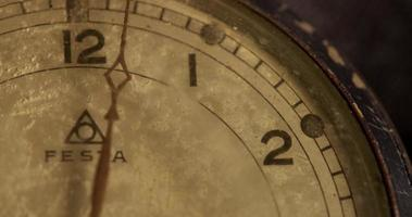 close-up extremo do ponteiro dos minutos movendo-se quinze minutos, começando no minuto 0 em um lapso de tempo de 4k video