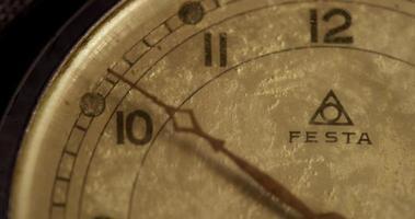 close-up extremo do ponteiro dos minutos movendo-se vinte minutos, começando no minuto 49 em um lapso de tempo de 4k video