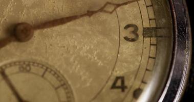 close-up extremo do ponteiro dos minutos movendo-se vinte e cinco minutos, começando no minuto 10 em um lapso de tempo de 4k video