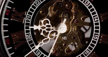 close-up extremo do relógio de bolso com maquinário exposto funcionando das 8:35 às 8:53 em lapso de tempo de 4k video