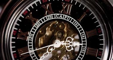 close-up extremo de relógio de bolso com maquinário exposto funcionando de 2:35 a 3:45 em um lapso de tempo de 4k video