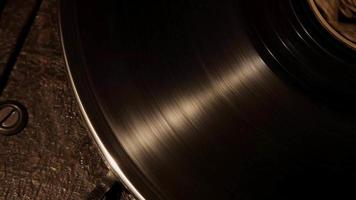 extreme Nahaufnahme Schuss Draufsicht auf Vinyl-Scheibe, die sich auf antikem Plattenspieler in 4k dreht