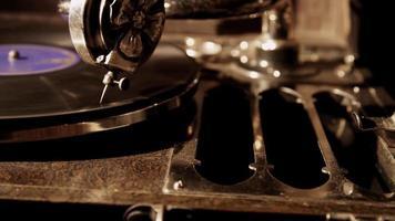 foto panorâmica vertical de vitrola antiga com disco de vinil girando em 4k video