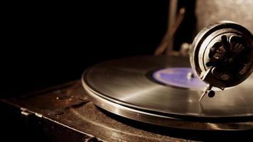 foto panorâmica horizontal de vitrola vintage com disco de vinil girando e iluminada do lado esquerdo em 4k