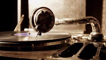 câmera lenta da direita para a esquerda do dispositivo de música vintage reproduzindo um disco com iluminação aérea em 4k