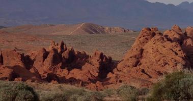 panorâmica indo para a esquerda de rochas, colinas e montanhas em uma bela paisagem desértica em 4k video