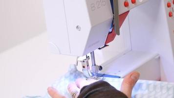 primer plano de una mujer que usa una máquina de coser | material de archivo gratis video
