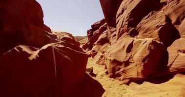 Plano de viaje dentro de una formación geológica natural que muestra paredes y rocas naranjas en 4k