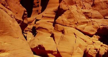 Tiro de viaje dentro de una formación geológica erosionada por el agua y el viento que muestra hermosas paredes naranjas en 4k