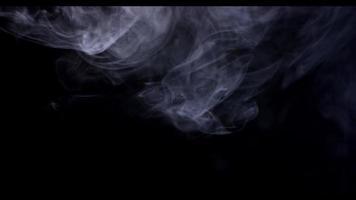 doux nuage de fumée se déplaçant de gauche à droite dans la moitié supérieure de la scène en 4k video