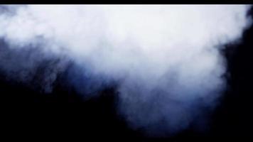 fumaça densa criando nuvens brancas com redemoinhos e espirais na escuridão em 4k video