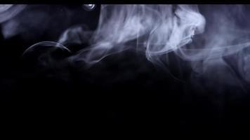 weißer Rauch schwebt langsam und zeichnet schöne Linien in der oberen Hälfte der Szene in 4k