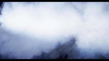 explosão de fumaça branca criando nuvens densas com espirais e redemoinhos em 4k