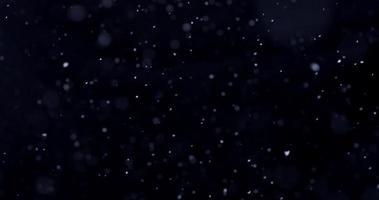 escena de la temporada de nieve cayendo verticalmente dibujando trayectorias de hélice en 4k video
