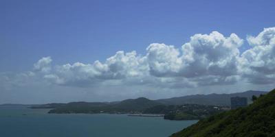 Hermosa foto de timelapse de la ciudad costera con hermosas nubes moviéndose en el cielo azul en 4k