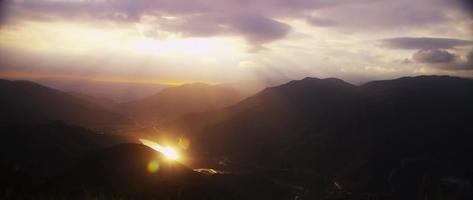 belo timelapse de altas montanhas com luz dourada no fundo em 4k