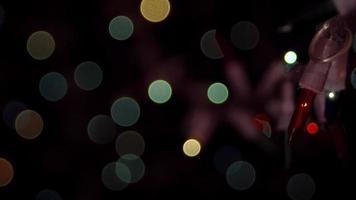 Luces de bokeh suave en la oscuridad con bombillas en primer plano