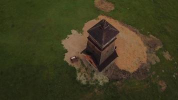 drone orbitando uma torre de vigia 4k video