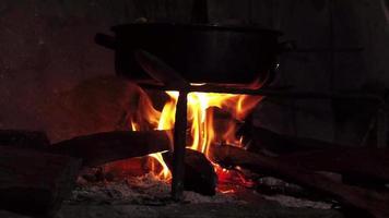 Innenholzfeuer in traditioneller Küche mit Pfanne