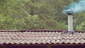pequeña chimenea de una cocina tradicional video