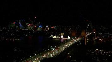 tráfico del puente del puerto en la noche 4k video