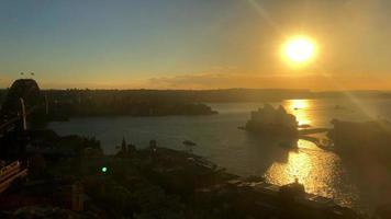 ópera de Sydney e ponte do porto durante o nascer do sol 4k video