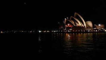 Plano amplio de la ópera en la noche 4k