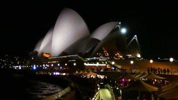 tiro ajustado de la ópera en la noche 4k