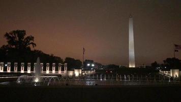 Denkmal des Zweiten Weltkriegs und Washington Denkmal in der Nacht 4k