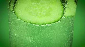 agua mineral y pepino