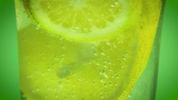 água mineral e limão video