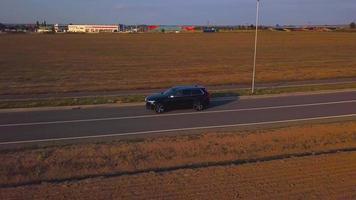 drone sigue a un coche en 4k video