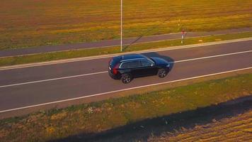 drone sigue a un coche desde la derecha en 4k video