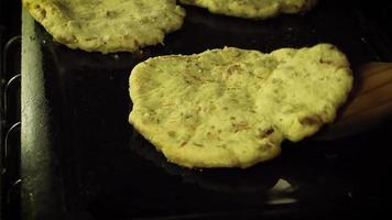 fritar gordita de chicharron mexicano no comal