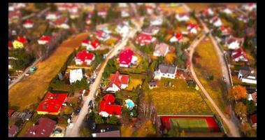 vista de drone en casas en un pueblo - efecto de cambio de inclinación en 4k video