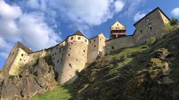 Vista del antiguo castillo por día desde abajo hacia arriba en 4k
