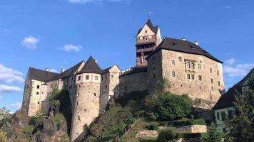 vista do castelo antigo por dia em 4k video