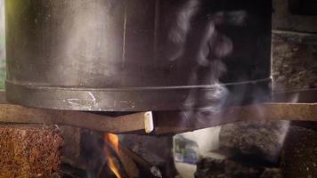Detalle de la olla de tamales en fuego de leña