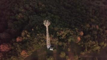 dron orbitando una torre de radio en 4k video