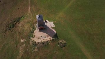 dron orbitando una torre de vigilancia en 4k video