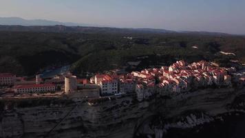 revelación de la foto de una ciudad medieval en el arrecife en 4k video